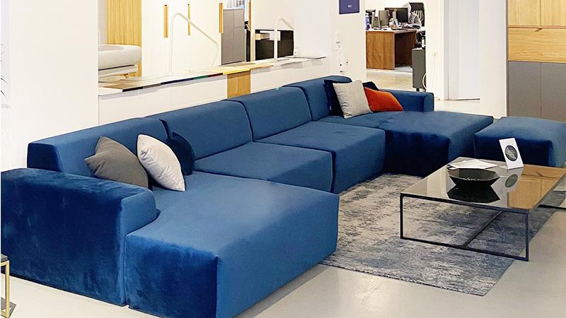 MYCS Showroom Stuttgart blaues Samt Sofa