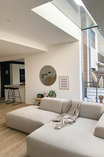 sofa PYLLOW von MYCS in hellgrau in modernem Ambiente