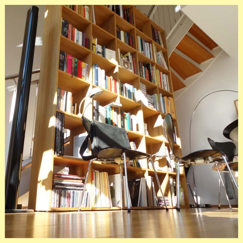 Haute bibliothèque en chêne dans salle à manger
